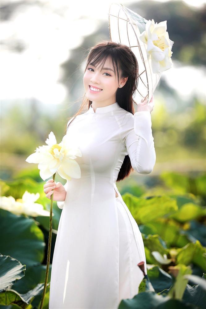 Vẻ đẹp mê hoặc của nữ giảng viên nổi tiếng Hà Nội trong bộ ảnh áo dài bên hoa sen-5
