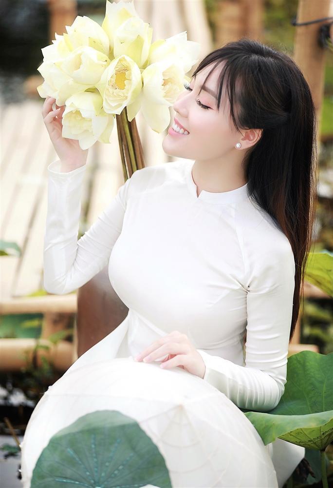 Vẻ đẹp mê hoặc của nữ giảng viên nổi tiếng Hà Nội trong bộ ảnh áo dài bên hoa sen-6