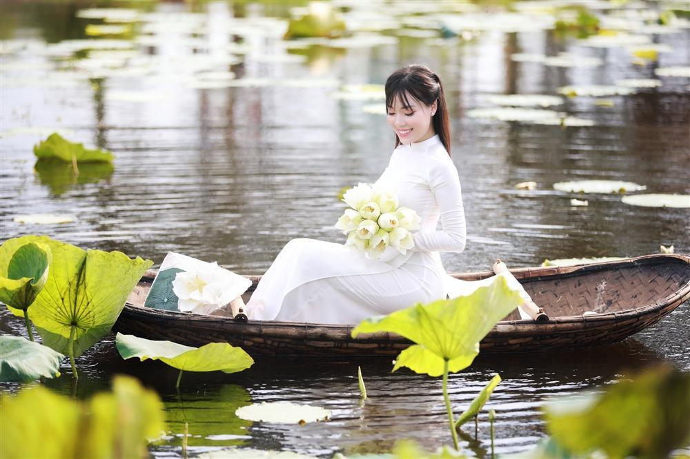 Vẻ đẹp mê hoặc của nữ giảng viên nổi tiếng Hà Nội trong bộ ảnh áo dài bên hoa sen-8