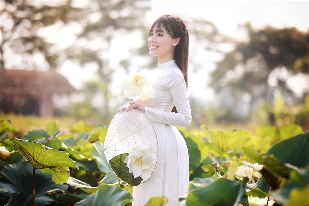 Vẻ đẹp mê hoặc của nữ giảng viên nổi tiếng Hà Nội trong bộ ảnh áo dài bên hoa sen-7