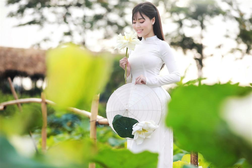 Vẻ đẹp mê hoặc của nữ giảng viên nổi tiếng Hà Nội trong bộ ảnh áo dài bên hoa sen-9