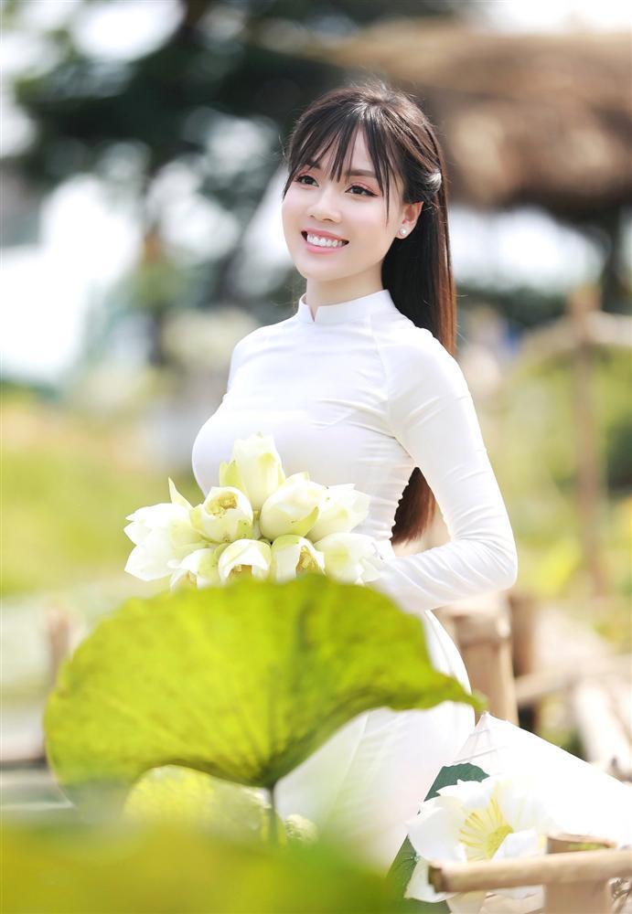 Vẻ đẹp mê hoặc của nữ giảng viên nổi tiếng Hà Nội trong bộ ảnh áo dài bên hoa sen-11