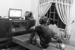Bức ảnh 2 cụ già lưng còng ngồi xem TV bên nhau khiến dân mạng thả tim ầm ầm