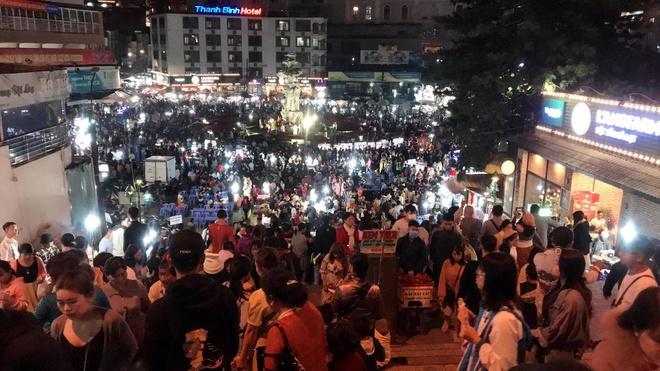 Chợ Đà Lạt chật kín người, du khách xếp hàng dài vào cổng khu du lịch-1