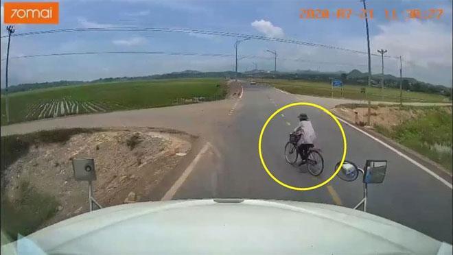 Clip: Người đi xe đạp sang đường ẩu, tài xế container phanh cháy lốp, cố đánh lái lao xuống-2