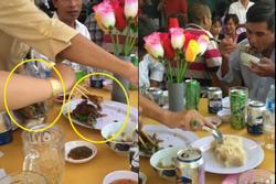 Hai phụ nữ đi ăn tiệc đã đời xong rủ nhau 'tay xách nách mang' cỗ thừa đem về