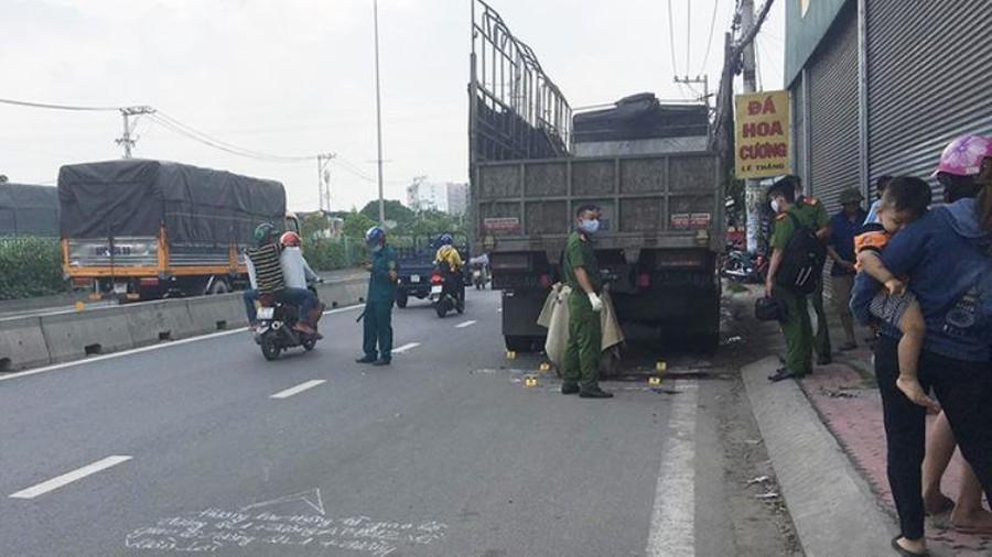 Nam thanh niên và chiếc xe máy dính chặt vào đuôi xe tải đang đỗ ven đường-1