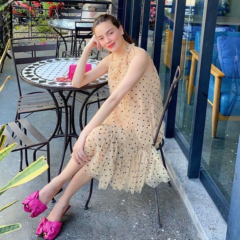 Mẹ bầu Sara Lưu khoe style giấu bụng tinh tế hơn Hà Hồ nhờ đôi dép tổ ong-1