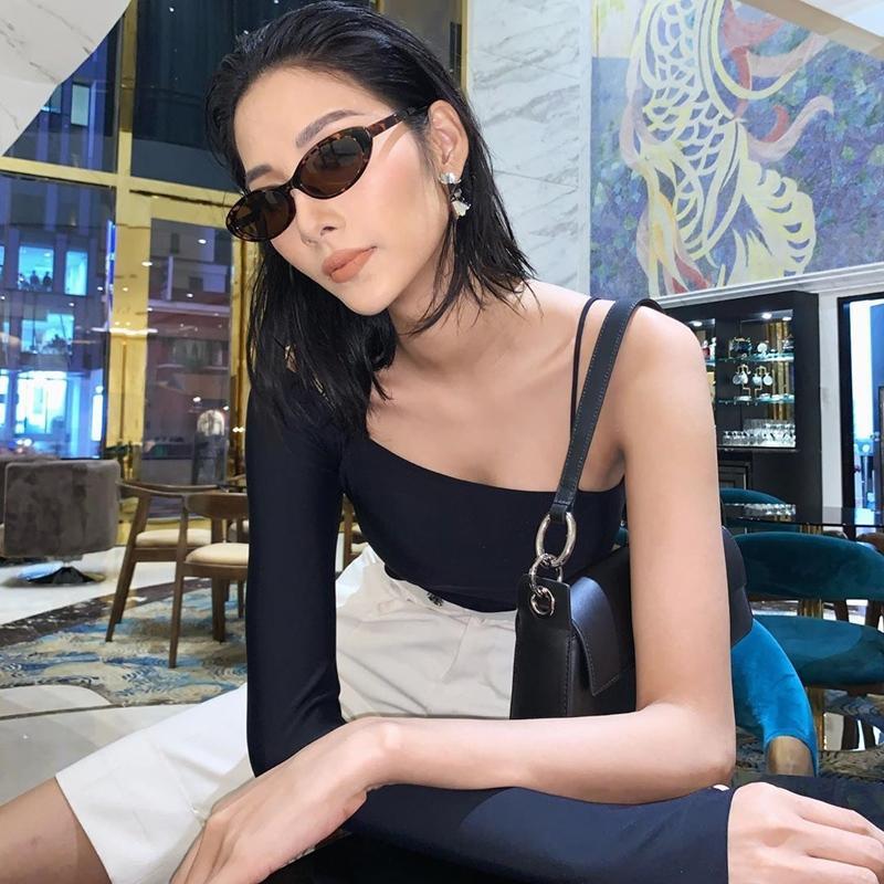 Mẹ bầu Sara Lưu khoe style giấu bụng tinh tế hơn Hà Hồ nhờ đôi dép tổ ong-3