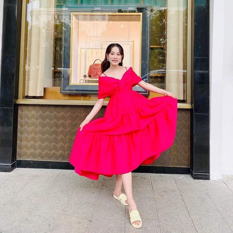 Mẹ bầu Sara Lưu khoe style giấu bụng tinh tế hơn Hà Hồ nhờ đôi dép tổ ong-7