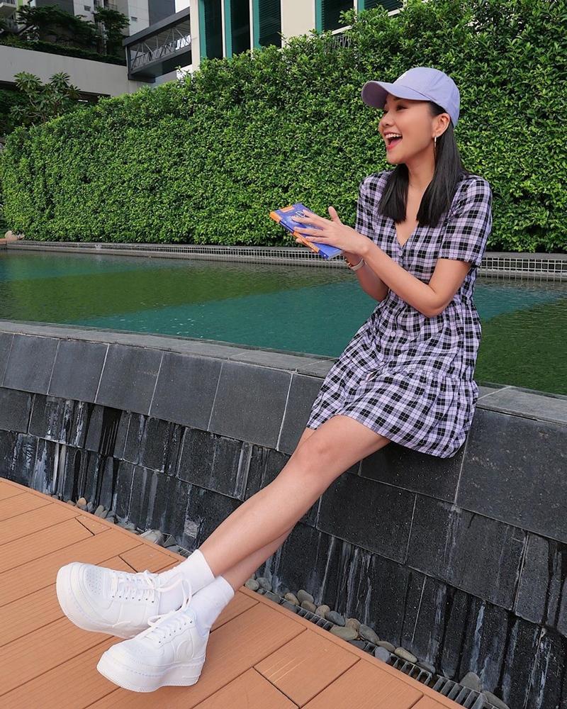 Mẹ bầu Sara Lưu khoe style giấu bụng tinh tế hơn Hà Hồ nhờ đôi dép tổ ong-8