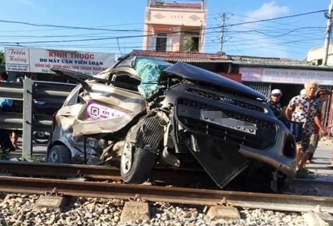 Hà Nam: Băng qua đường tàu hỏa, taxi bị tàu cán nát-1