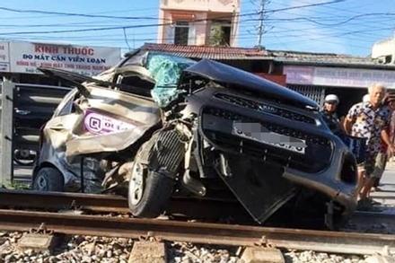 Hà Nam: Băng qua đường tàu hỏa, taxi bị tàu cán nát