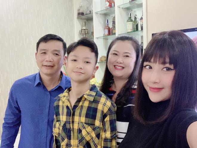 Khoe ảnh du lịch cùng gia đình, ngoại hình bố ruột Quỳnh Anh Shyn chiếm spotlight-4