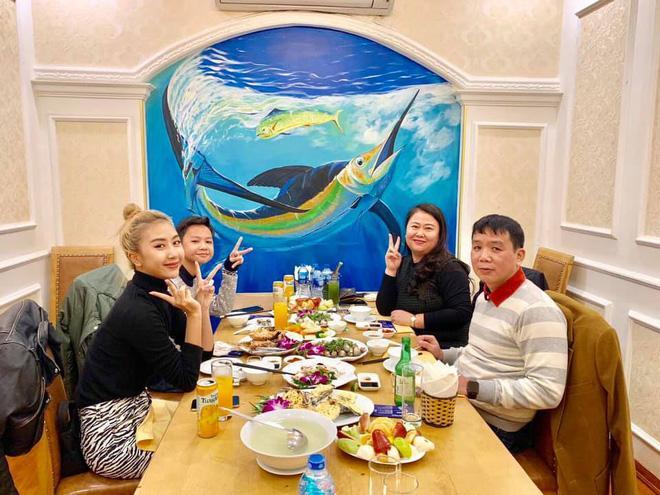Khoe ảnh du lịch cùng gia đình, ngoại hình bố ruột Quỳnh Anh Shyn chiếm spotlight-5