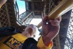 Ông chú tự tin vác điếu cày đến Paris, dưới chân tháp Eiffel 'bắn' thuốc lào sòng sọc