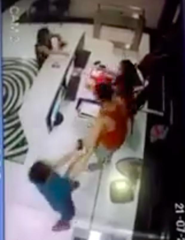 Hà Nội: Mâu thuẫn vì con quẹt thẻ thừa 6 lượt bơi, người bố tự xưng công an hùng hổ đánh mạnh vào đầu nữ nhân viên-1