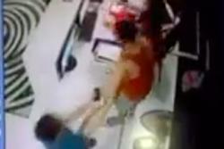 Hà Nội: Mâu thuẫn vì con quẹt thẻ thừa 6 lượt bơi, người bố tự xưng công an hùng hổ đánh mạnh vào đầu nữ nhân viên