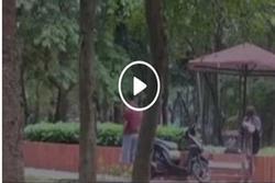 Đôi nam nữ thản nhiên 'mây mưa' giữa ban ngày trong công viên Định Công - Hà Nội