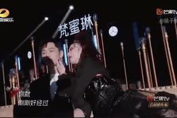 Huỳnh Hiểu Minh né tránh khi Trương Manh âu yếm trên sân khấu
