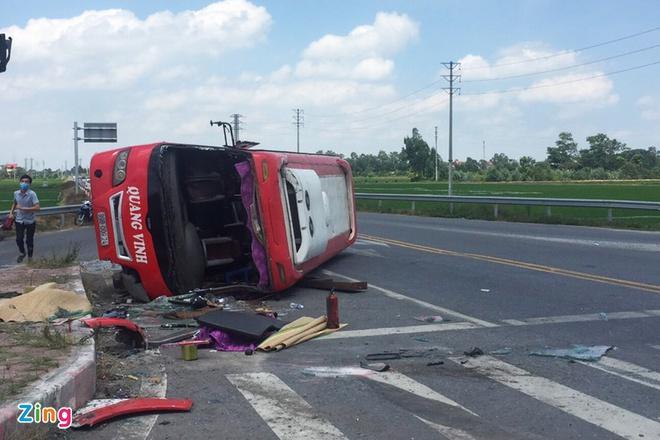 Xe container tông ôtô khách lật ngang, 2 người chết-1