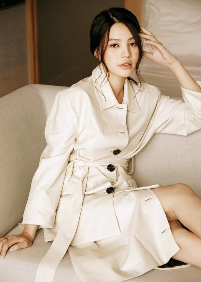Hoa hậu Jolie Nguyễn mặc áo nâu sòng đi lễ Phật sau ồn ào
