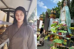 Hoa hậu Jolie Nguyễn lộ diện nhợt nhạt, mặc áo nâu sòng đi lễ Phật sau scandal