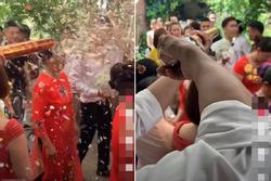 Hân hoan rước dâu vào nhà làm lễ thì điếng người với màn chào hỏi của 'người yêu cũ cô dâu'