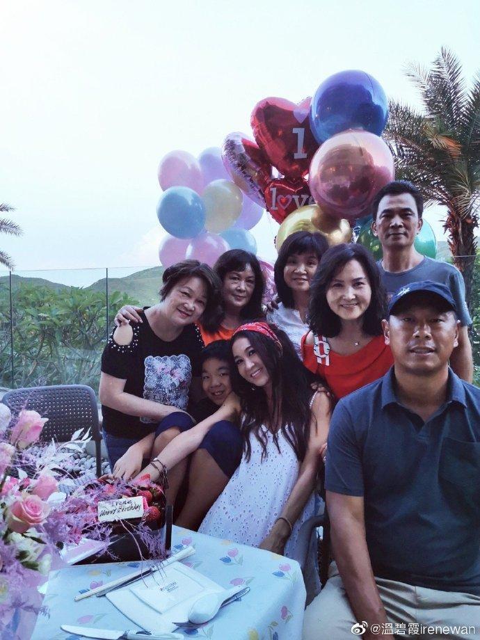 Ôn Bích Hà trẻ trung đón tuổi 54 bên gia đình