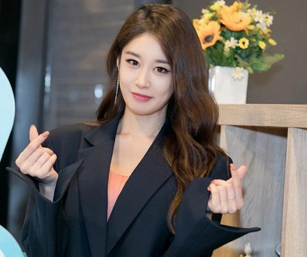 Jiyeon bất ngờ đăng tải tấm hình đen kịt cùng dòng tâm sự khiến fan xót xa nhân dịp kỷ niệm 11 năm debut của T-ara-2