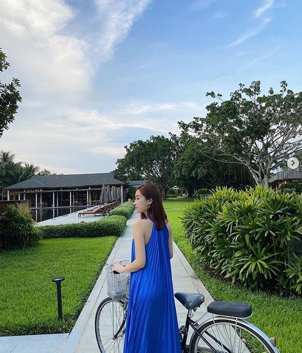 Diện đầm xanh blue cổ điển: Hà Tăng trẻ trung như gái teen - Tóc Tiên khoe dáng đồng hồ cát-1