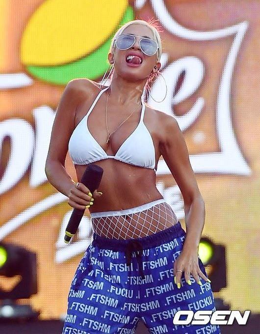 Mỹ nhân Hàn diện bikini, vén nội y trên sân khấu-9