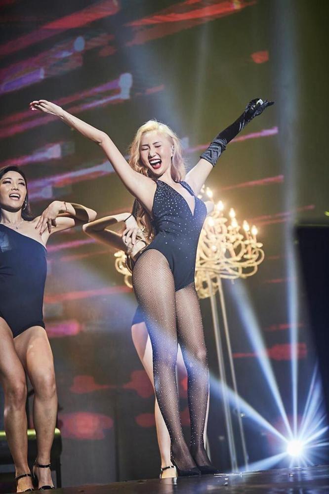 Mỹ nhân Hàn diện bikini, vén nội y trên sân khấu-13