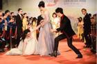 Mỹ nhân Việt 'vồ ếch' trên thảm đỏ: Còn ai sướng hơn Nhật Kim Anh?