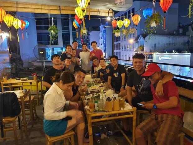 Lộ ảnh hiếm hoi Công Phượng dẫn vợ Viên Minh dự tiệc chia tay HLV Hàn Quốc-1