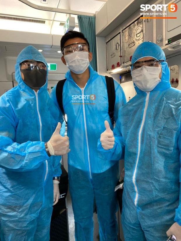 Văn Hậu mặc kín trang phục bảo hộ, có mặt trên chuyến bay đặc biệt đưa công dân Việt Nam về nước từ Paris-1