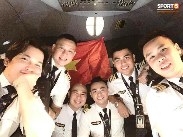 Văn Hậu mặc kín trang phục bảo hộ, có mặt trên chuyến bay đặc biệt đưa công dân Việt Nam về nước từ Paris-3