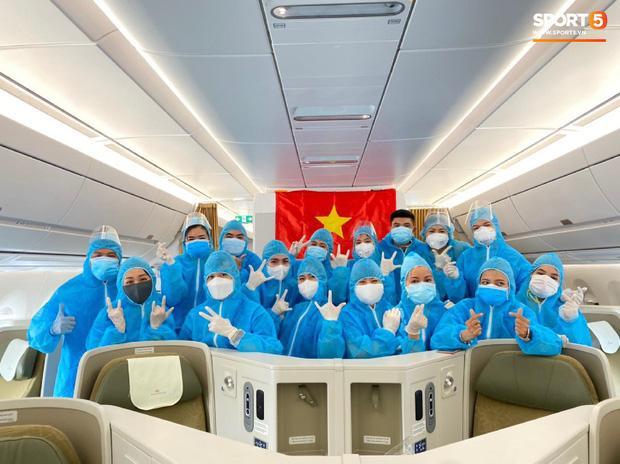 Văn Hậu mặc kín trang phục bảo hộ, có mặt trên chuyến bay đặc biệt đưa công dân Việt Nam về nước từ Paris-4