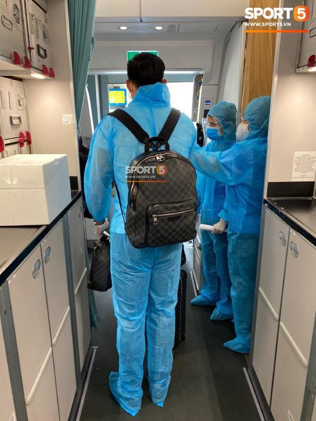 Văn Hậu mặc kín trang phục bảo hộ, có mặt trên chuyến bay đặc biệt đưa công dân Việt Nam về nước từ Paris-5