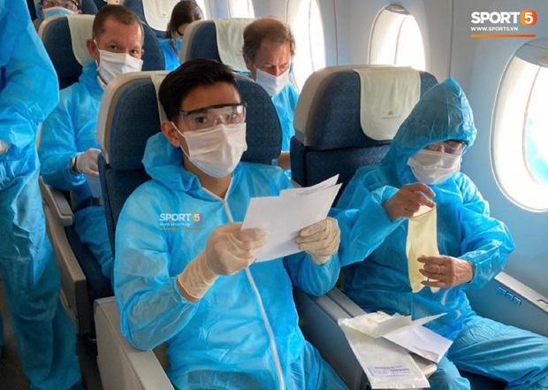 Văn Hậu mặc kín trang phục bảo hộ, có mặt trên chuyến bay đặc biệt đưa công dân Việt Nam về nước từ Paris-6