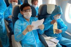 Văn Hậu mặc kín trang phục bảo hộ, có mặt trên chuyến bay đặc biệt đưa công dân Việt Nam về nước từ Paris