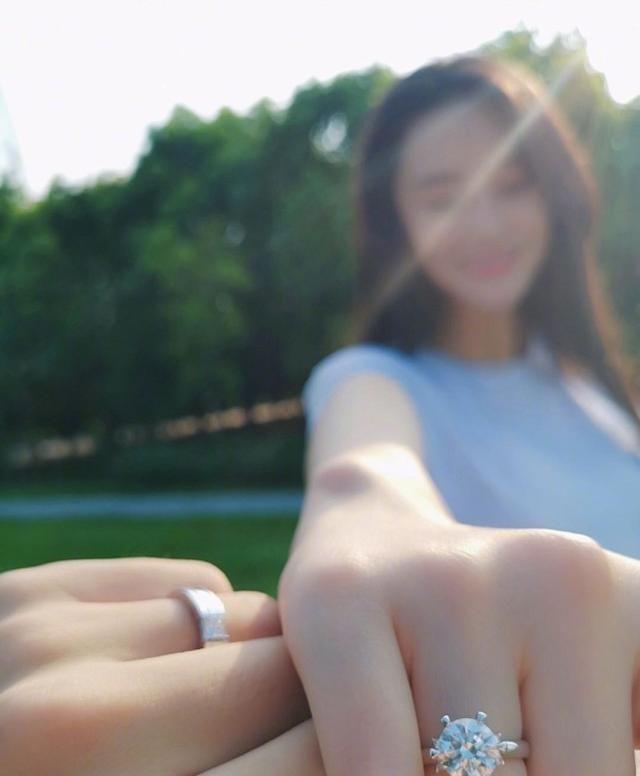 Lý Mạc Sầu Trương Hinh Dư kỷ niệm 2 năm ngày được ông xã cầu hôn-2