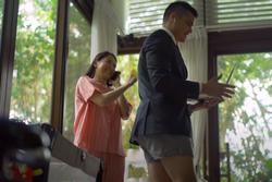 Cười bò với thời trang làm việc tại nhà của vợ chồng 'mỹ nhân đẹp nhất Phillipines'