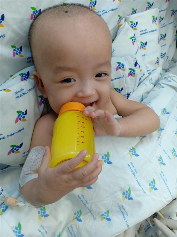 Chị em Trúc Nhi - Diệu Nhi tươi cười xem điện thoại, tự cầm bình sữa uống hết-3