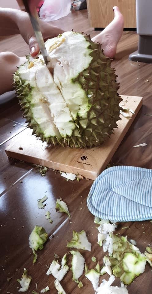Màn vung dao tách sầu riêng có 1-0-2 của gái đảm khiến dân mạng cứ ngỡ như bổ dừa-1