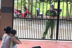 Chiến sĩ công an Đà Nẵng ghé thăm nhà nhưng chỉ dám nhìn con từ xa