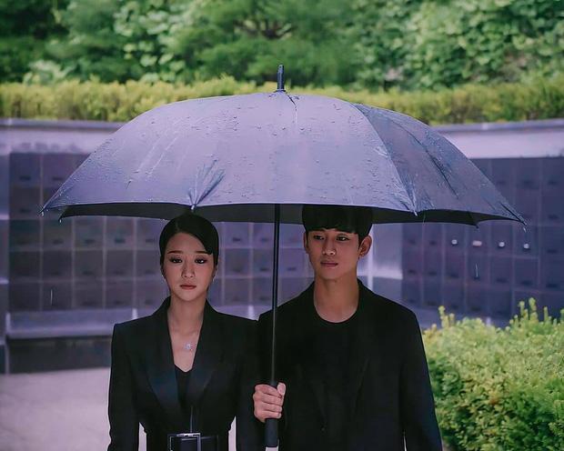Cùng mình hạc xương mai nhưng Yoona cũng phải mất điện trước vòng eo nhỏ siêu tưởng của Seo Ye Ji-2
