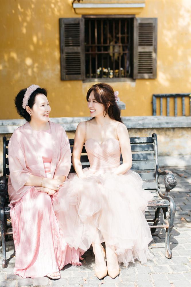 Hari Won gây sốt với hình ảnh lên đồ và tạo dáng giống hệt mẹ-4