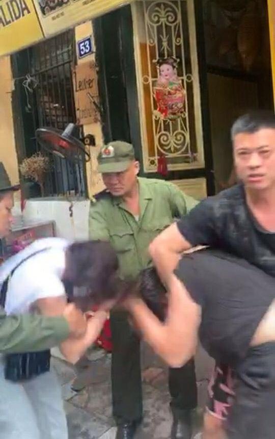 HOT: Lưu Đê Ly và anti-fan ẩu đả, giật tóc túi bụi trên phố Hàng Buồm-2