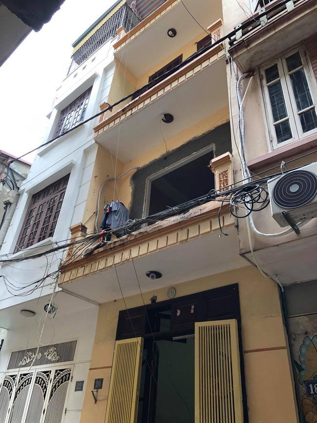 Đi trong ngõ ở Hà Nội, người đàn ông đột nhiên bị xe rùa từ tầng 5 rơi trúng-3